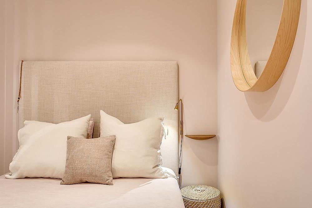 Design de interiores de quarto em apartamento remodelado pelo atelier de design de interiores Tangerinas & Pêssegos.