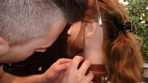 Op het oefenhoofd tijdens de basiscursus barbier