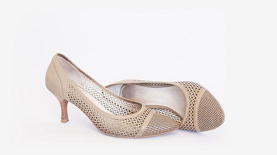 נעלי עקב אופנתיות בצבע בז׳ - מזונות אישה