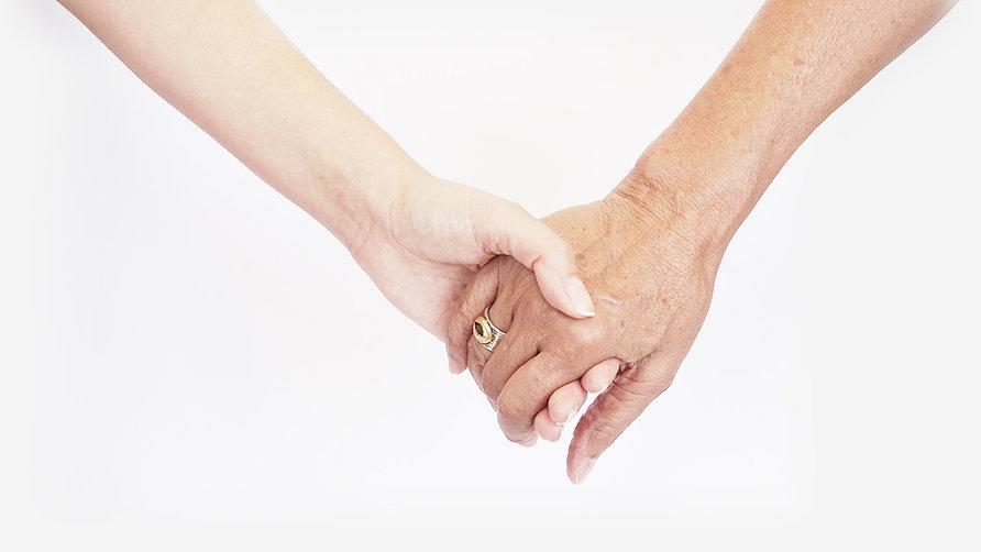 זוג ידיים אוחזות, מבוגרת וצעירה - אפטרופסות וייפוי כוח מתמשך