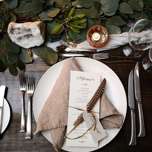 And tonight we will leave you with this lovely place setting filled with lots of layers ❤️ 📷 _belathee at _stowemtnlodge _Napkins & silk twi