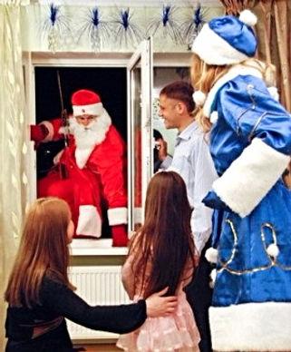 Дед Мороз в окно альпинист