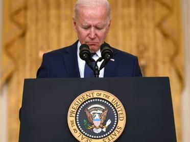 """Afghanistan: Biden avertit d'une attaque """"très probable"""" à l'aéroport de Kaboul """"dans les 24 à 36h"""""""