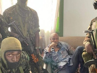 Guinée: Alpha Condé renversé par le Colonel Doumbouya qui annonce la suspension de la Constitution.