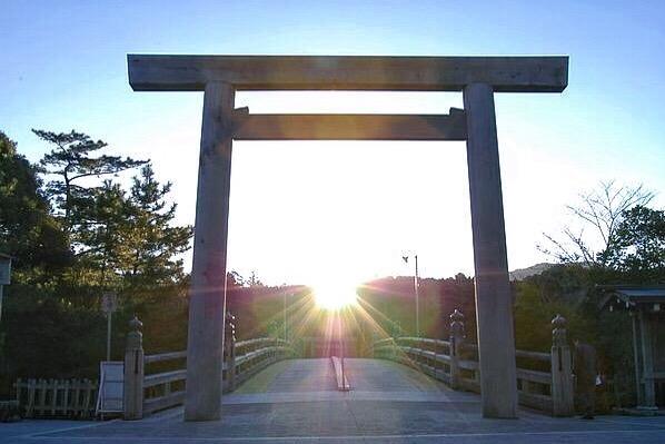 ちょうど冬至の頃に見られる伊勢神宮の鳥居からの日の出