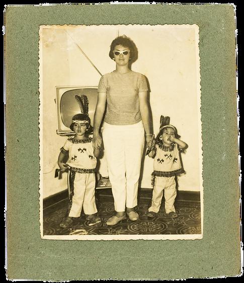 Rosicler com suas duas filhas em época de carnaval.