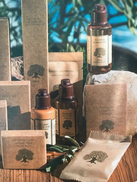 """Maison Chalet Cosy, met à votre disposition Serviettes de bain et produits d'acceuille """"Collection Olive"""" proche de la nature."""