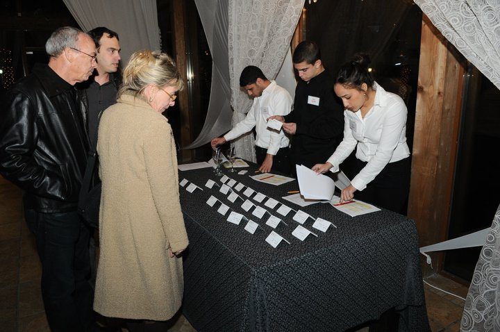 צוות הפקה בכניסה לאולם