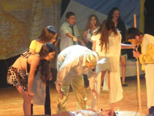 הצגה עם ילדי הישוב