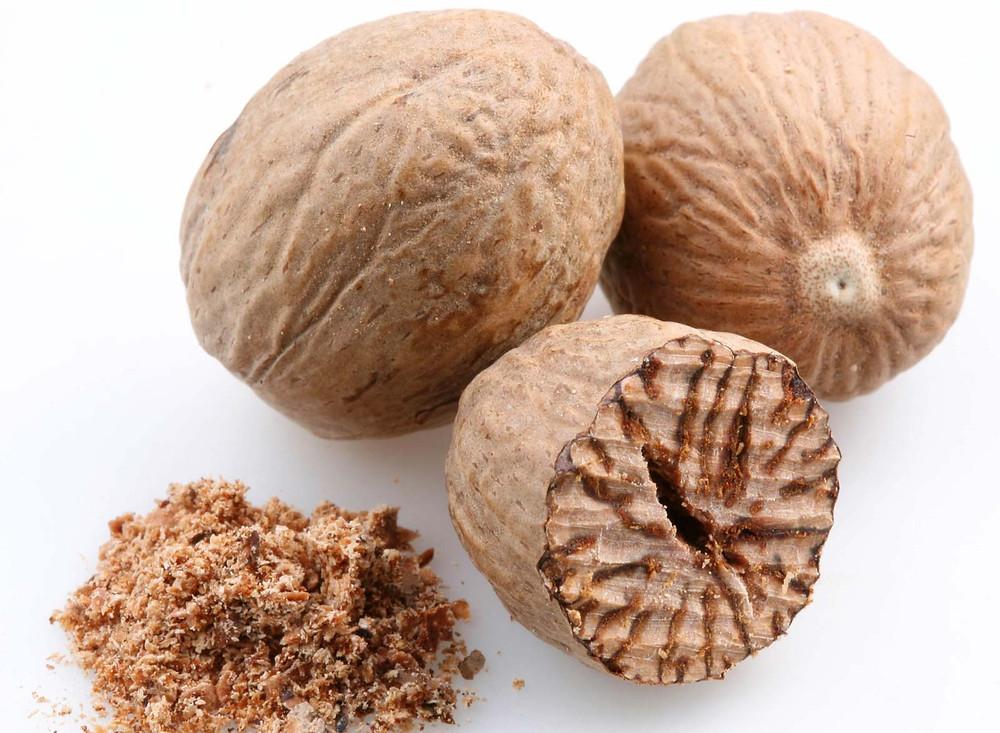 Whole and ground nutmeg (pala)