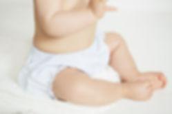 bébé en couche et culotte