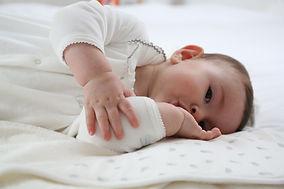 bébé qui suce son pouve