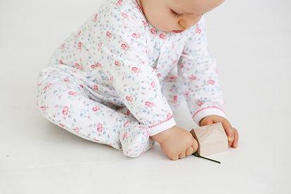 bébé qui joue avec jouets en bois