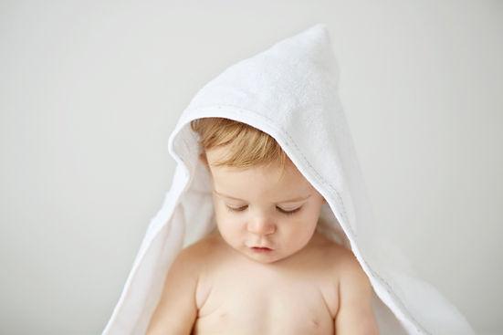 bébé qui sort du bain avec sa serviette
