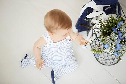 bébé par terre avec fleurs