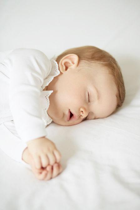bébé qui dort profondément