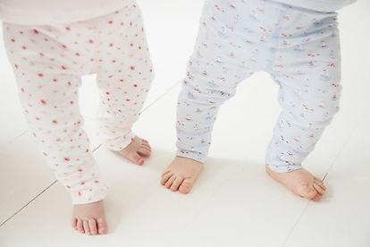 bébé qui marche jambe en pijama