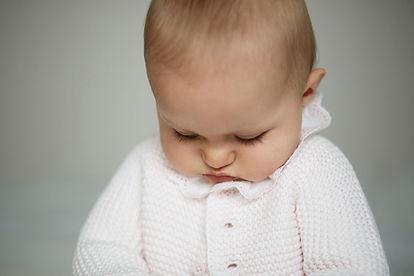 bébé regarde en bas, douceur