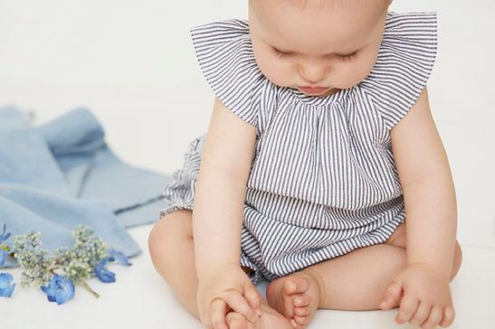 bébé qui touche ses pieds