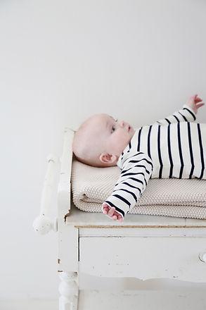 bébé en marinière allongé