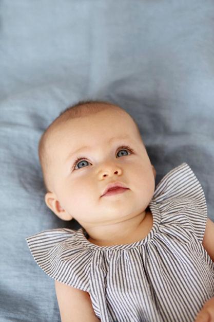 bébé regarde vers le haut, yeux bleus percant