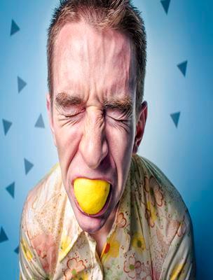 hombre con limón en boca