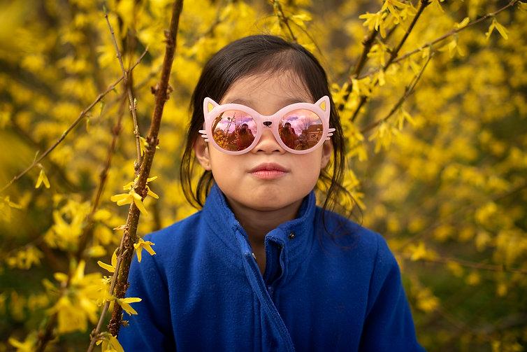 Foto van meisje tussen de bloemen
