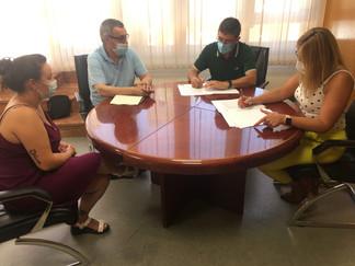 La alcaldesa y el presidente de la UF firman convenio para el libro 75 aniversario de los Labradores