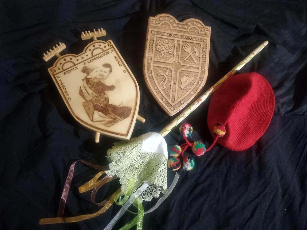 Escudo de Sandra (izq), Escudo de Paula (cen), bengaleta y gorro de Sandra (der).