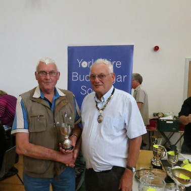 Cinnamon young bird Rod Stancliffe & YBS president Geoff Moore