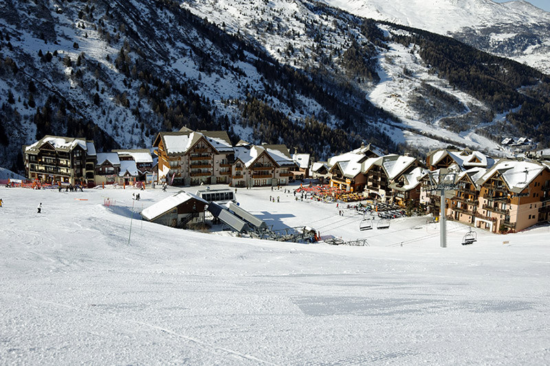 Skis-016-Valmeinier-1800-villagesmall.jp