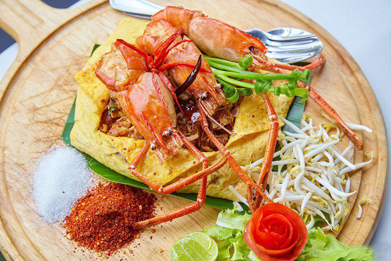 กุ้งมังกรทอดเกลือพริกไทยและบะหมี่ไข่