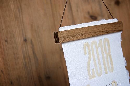 dębowa listwa do zawieszenia kalendarza/grafiki