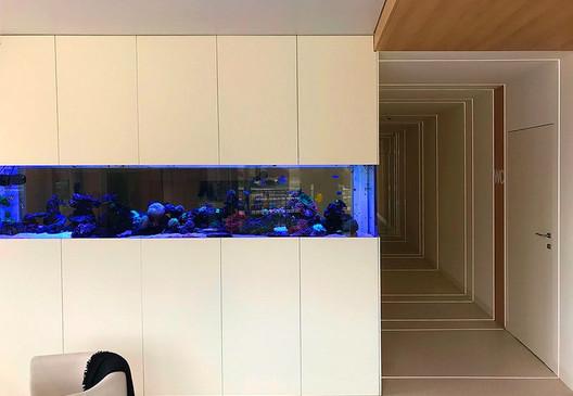 Formafabrica-Zbiornik-akrylowy-o-długoś