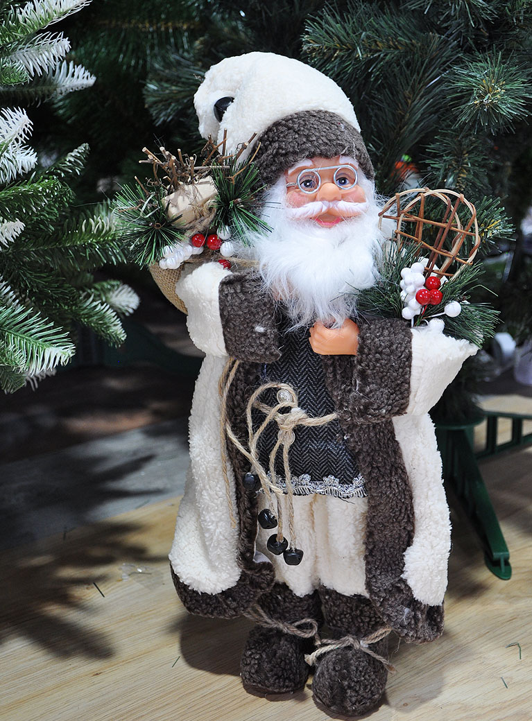 Дед Мороз в белом тулупе со снегоступами