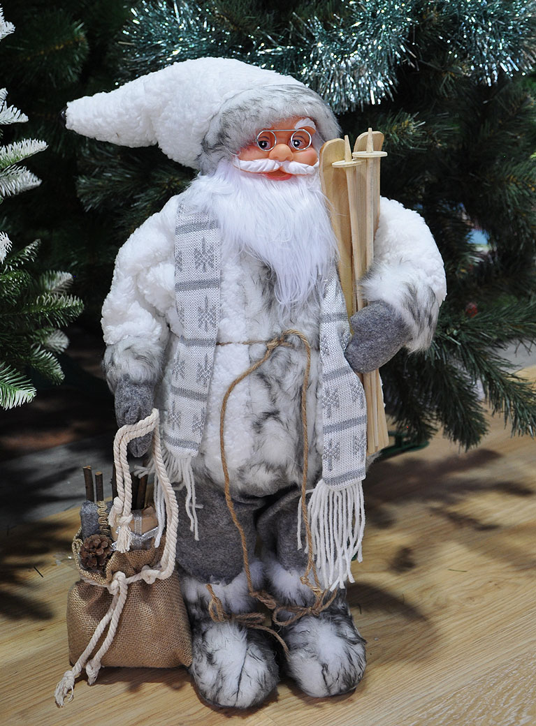 Дед Мороз в белой шубе с лыжами