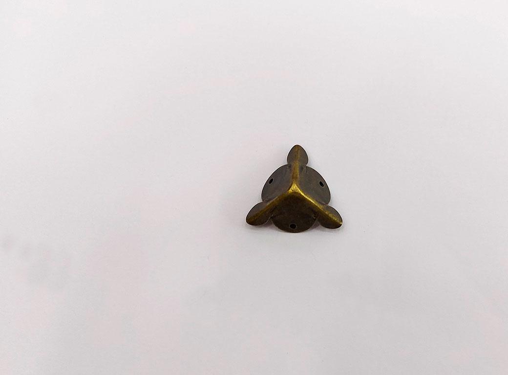 "Уголок, металл ""Треугольник""+гвозди, бронза 1,8*1,8 см"