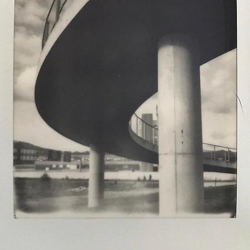 Andrea Haenni - Autobahnbrücke Polaroid SX-70 Scan,Print auf Papier 30x30cm
