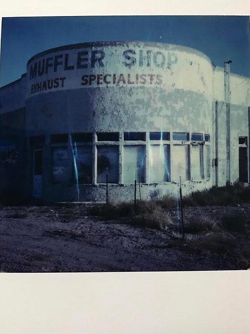 Andrea Haenni -  Muffler Shop  Polaroid SX-70 Scan, Print auf Papier 30x30cm