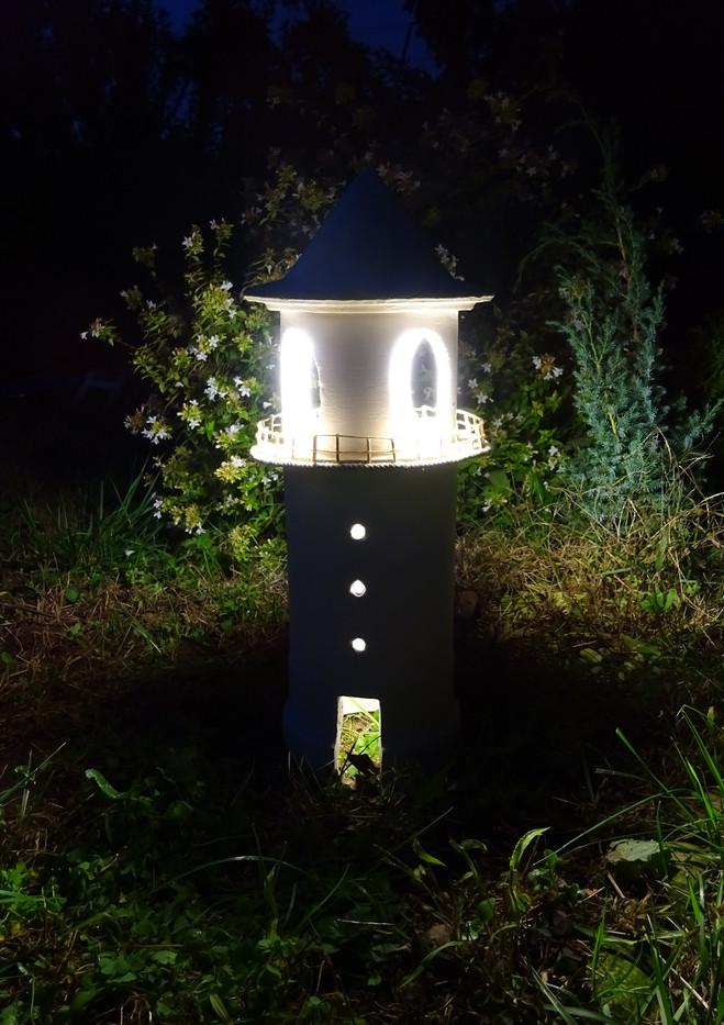 lampada faro accesa in giardino