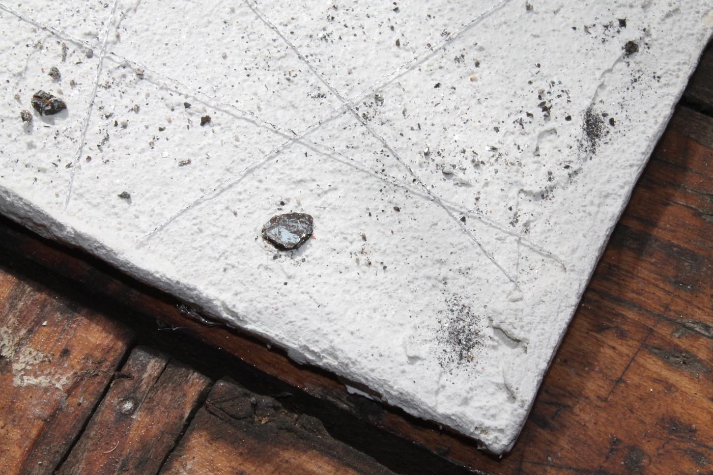 dettaglio sottopiatto con minerali