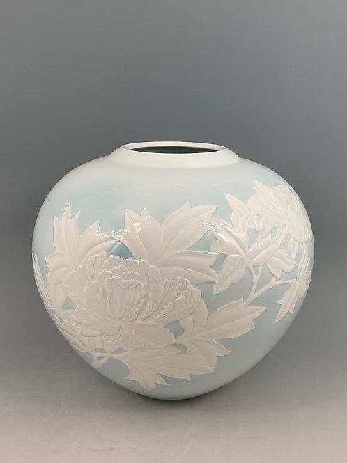 青白磁牡丹文花瓶