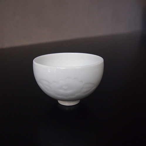 白磁山茶花文ぐい呑(丸)