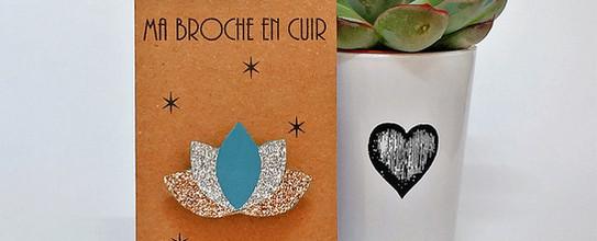 Broche lotus cuir bleu glacier paillette