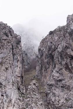 Cuando uno se acerca a la montaña se siente observado, las paredes oyen, las piedras hablan