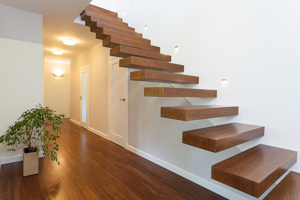 Floating staircase with one anchored end