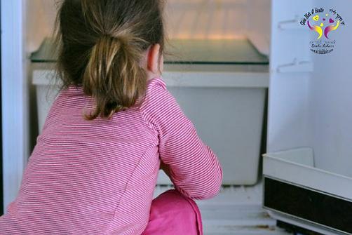 Hungry : Petite fille cherchant de la nourriture dans le frigo vide de sa maison. Crédit: Rafaelbenari © 123RF.com