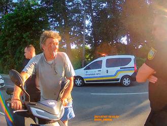 Муніципальна Варта виявила на дорозі п'яного скутериста і передала його поліції (ВІДЕО)