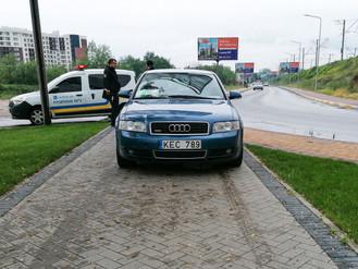 «Тротуарний паркінг». Власник автомобіля за стоянку на тротуарі ірпінської набережної отримає штраф