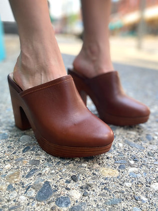 Splendid Brown Leather Clogs ~ Size 8